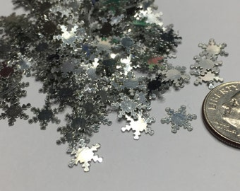 20 Tiny silver snowflake confetti / sequins , 9 mm (4)