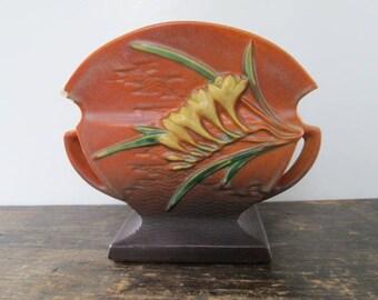 Roseville Freesia an Vase