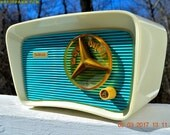 SO Jetsons Looking Retro Vintage Turquoise and White 1959 Travler Model T-204 AM Tube Radio Near Mint!