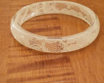 Unique Rare Stunningly Beautiful Cream Lace Embedded In Clear Lucite Bangle Bracelet