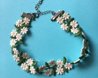 white daisy flower choker