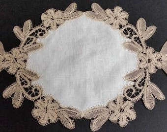 Pillow ecru doily