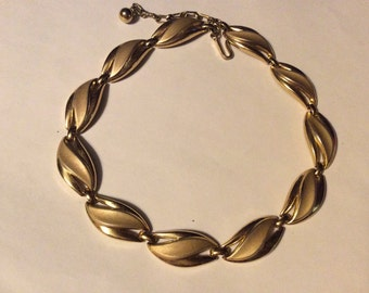 Trifari 1960 textured gold tone link choker necklace.  Lovely mid century classic perfect with jeans and a tee.