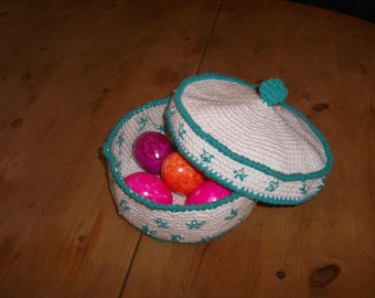 Crocheted basket with lid
