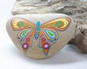 Farfalla. Mandala Stone. Pittura su sasso. Costa Adriatica. Italia.