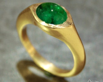 Yellow gold ring with cabochon emerald