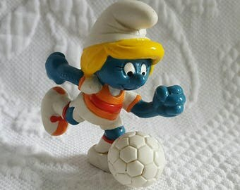 1983 SMURFET playing soccer