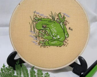 Hand cross stitched Australian hoopart - Green Tree Frog. Home/wall decor gift item. Sand coloured evenweave fabric in 13cm wooden hoop.