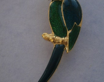 B938) A lovely vintage gold tone metal and green enamel tropical Parrot bird brooch