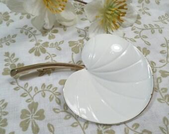 PASTELLI! Beautiful Vintage Gold Tone White Enamel Flower Brooch Signed Pastelli  DL# 2230