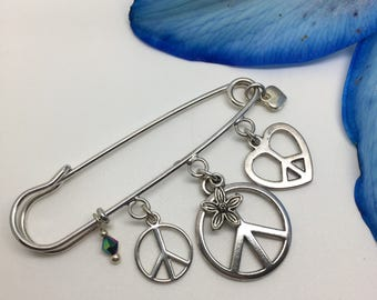 Peace and love themed pin. Brooch or bag charm. Hippie, hippy vives! Great festival jewellery