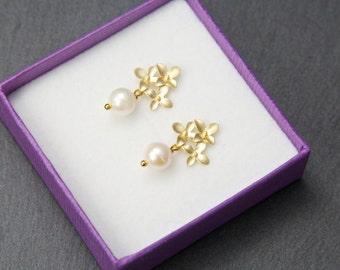 Flower studs, with Swarovski pearls. Pearl stud earrings. Gold pearl earrings. White pearl earrings.