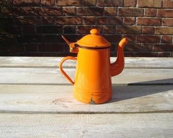 Cafetiere théière tôle émaillée. Coffee maker enamelled sheet metal. Orange. Vintage. Italie