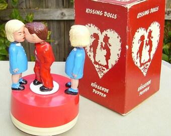 Magneto Kissing Dolls plastic clockwork magnetic toy Western Germany