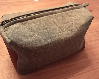 Toiletry bag in grey and blue with leather