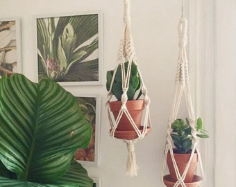 Macrame double suspended in cotton thread