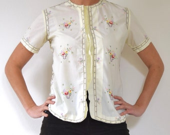 SUMMER SALE / 20% off Vintage 60s 70s Butter Yellow Flowers in a Basket Embroidered Short Sleeved Button front Blouse (size small, medium)