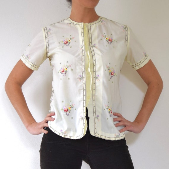 Vintage 60s 70s Butter Yellow Flowers in a Basket Embroidered Short Sleeved Button front Blouse (size small, medium)