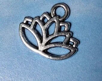 10 lotus flower pendants, silver tone, 15mm