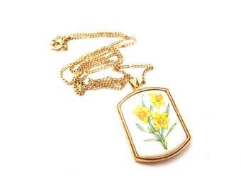 Vintage Avon Signed Rectangular Shaped Gold Tone Metal Yellow Daffodil & Grean Leaf Flower Porcelain Pendant Necklace