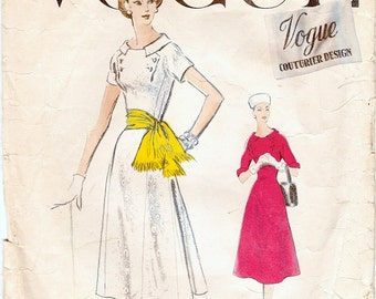 Pretty Vintage 1950s Vogue Couturier Design 918 Flared Dress with Button Trim Sewing Pattern B34