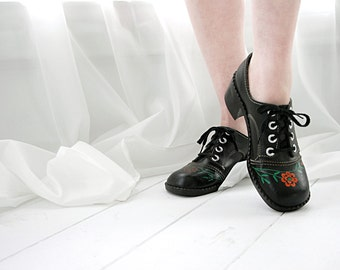 Vintage black shoes, red roses, 1960s faux leather chunky oxford heels, 8.5
