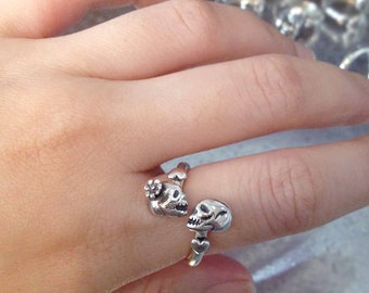 Kissing Skulls Ring, Skull Ring, Kiss Jewelry, Kiss of Death, Tiny Heart Ring, Love Ring, Oxidized ring