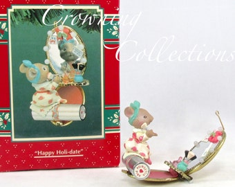 Enesco Mice Happy Holi-date Treasury of Christmas Ornament Miss Merry Mouse Series Karen Hahn Compact Make-up Lipstick Makeup Vintage MIB