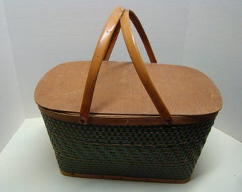 Hawkeye picnic basket with 6 plates, cups, forks and spoons! Vintage wear, but very nice, see pic 5 for defects-nothing major. Think spring!