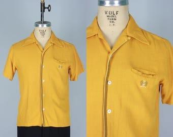 Vintage 1950s Men's Shirt   50s 60s Mustard Yellow Short Sleeve Shirt with Pocket Emblem   Medium