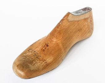 Houten laatste - Vintage schoenmakers apparatuur met stalen versterkingen - Decoratie accessoire schoen model etalagepop