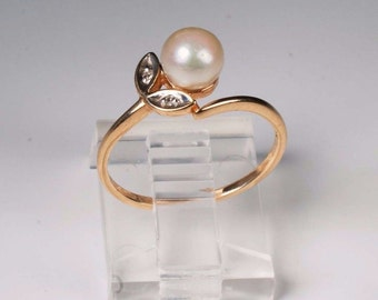 1.9 Gram 14K Yellow Gold Pearl and Diamond Chip Ring , Size 6.25