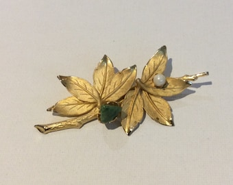 Pretty Gold Tone Leaf Brooch