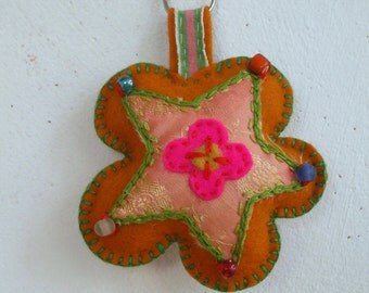 key ring of felt in the shape of a flower