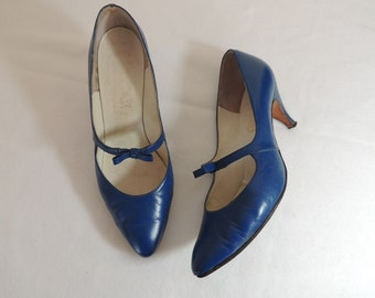 Vintage 1950s blue leather heels with bow | 50s sapphire pumps with mary jane strap | 50s mary janes | 50s heels | vintage heels | 6 B