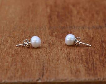 Pearl Earrings, Pearl Stud Earrings, Sterling SIlver Earrings, Silver Studs, Classic Earrings, Modern Jewellery, Pearl Earrings, JE0055