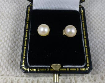 Cultured Pearl Earrings 9ct Gold.  pearls. earrings. 9ct earrings. pearl earrings. vintage earrings.