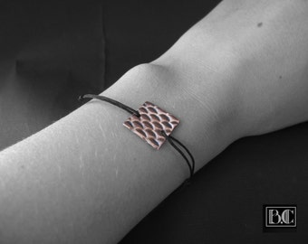 Cord bracelet with fish scale pattern copper black Medallion