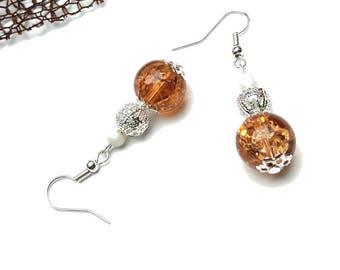 Boucles d'oreilles perle en verre craquelée couleur champagne et perles ajourée argentée et nacrée ivoire