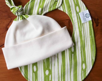 Green Baby Bib and Hat; Newborn Baby Gift Set; Wood Grain, Organic Cotton Baby Cap and Drool Bib Shower Gift Set; Gender Neutral, BOIS GRASS