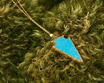 Gold framed turquoise arrowhead on gold chain necklace