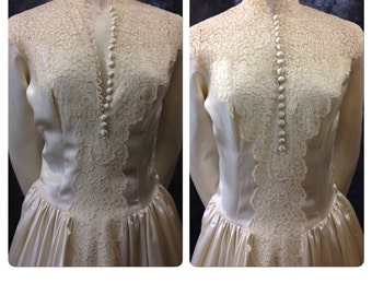 Vintage 1940's 1950's creamy satin and illusion bodice lace wedding dress gown with train small