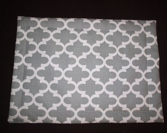Set of 4 Gray and White Fynn Placemats