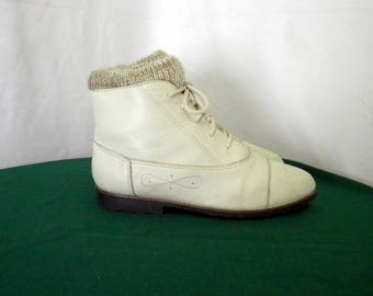 Vintage Sz 9.5 Beige leather 1990s Women flat lace up ankle booties with attached footie sock.