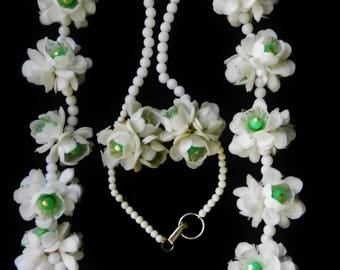 Clusters of white plastic roses &  lucite beads, Rare Honk Kong necklace and matching earrings set - Lovely Garden Party jewels- art.787/4-
