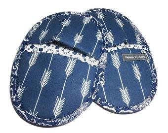Oven Mitt Pot Holder Set.  Navy Blue Arrow Fletchings Design Kitchen Mitts. Best Oval Potholders.  Favorite Oven Mitt Pair in Navy and White