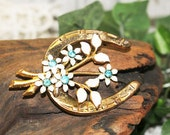 Lucky Horseshoe Pin, Vintage Brooch, Vintage Pin, White Blue Flower Pin, White enamel Flowers    -   L