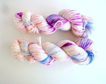 """DK superwash merino wool, hand dyed - 19 microns, new Oveja y Punto base - Colourway """"Paris je t'aime"""""""