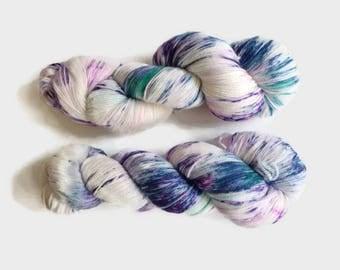 "Hand dyed merino yarn -  Light Fingering 3 ply superwash 19 micron merino yarn, Boniqueta base, ""Yogur de Arándanos"""