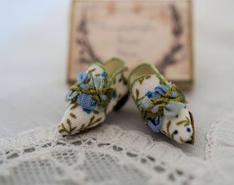 Miniature shoes -Eighteenth century -white printed cotton - blue and green ribbon